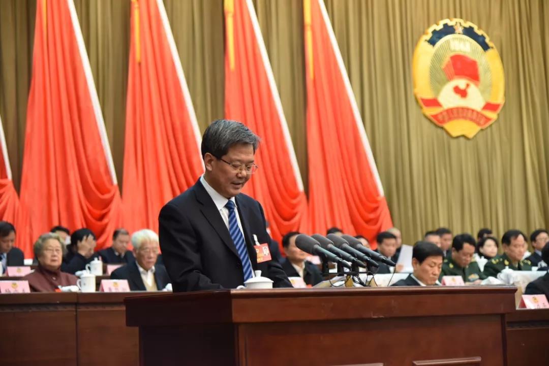 李华栋同志代表十一届省政协常委会作提案工作报告.jpg