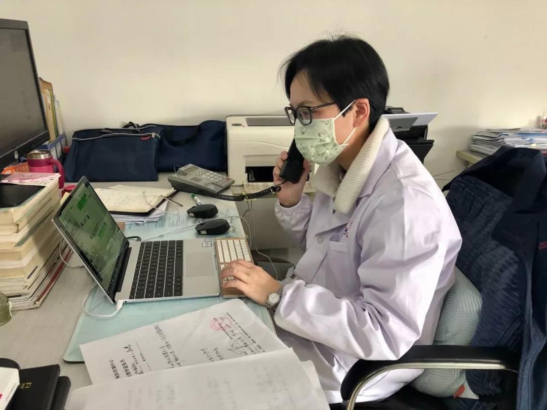 刘伟在加班加点汇总疾控数据.jpg